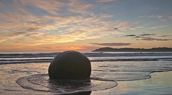 Moeraki Haven Motel: First light at the stones.