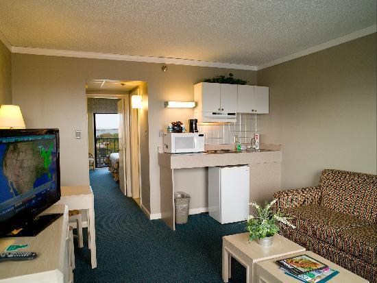كيمان سويتس هوتل: Living Room With Efficiency Kitchen