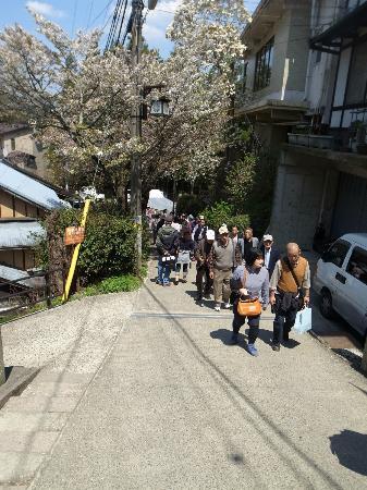 Yoshimizu Shrine: 商店街からの急な下り/ここで行くのをやめる人もいる