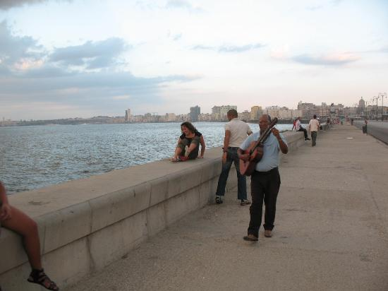 CasaMary y Ever: social scene on the malecon