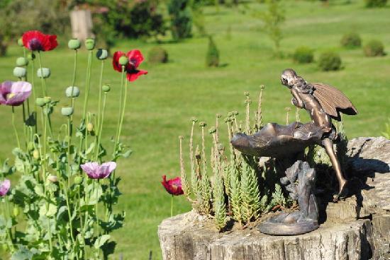 La Ferme de l'Isle aux Oiseaux : elfe dans le jardin