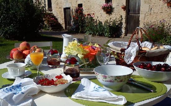 La Ferme de l'Isle aux Oiseaux : petit déjeuner en été