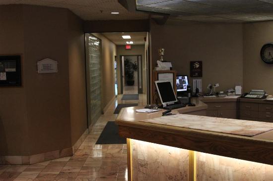 Park Town Hotel: Front desk