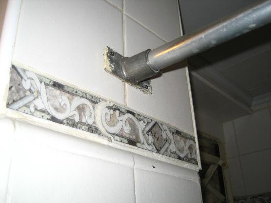 Gran Hotel Espana: Barral de cortina de baño (le faltan tornillos)