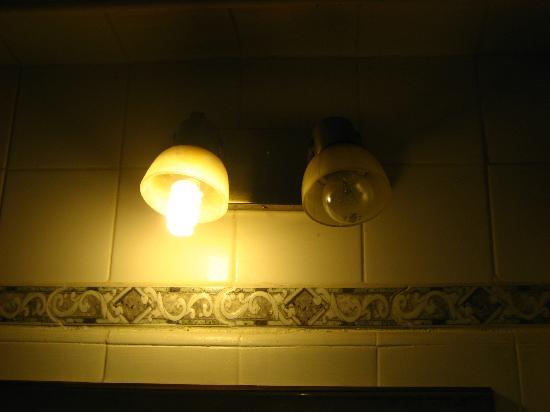 Gran Hotel Espana: Unica luz del baño
