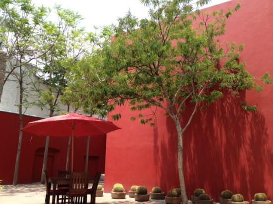Casareyna Hotel: Patio Rojo