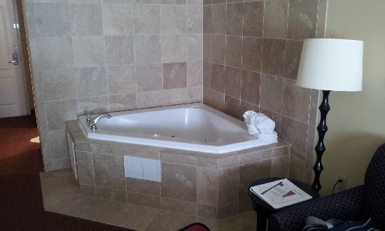 Comfort Suites East: jacuzzi in my room