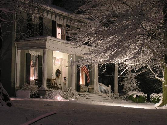 Carriage Inn Bed and Breakfast: Winter is ALWAYS warm inside!