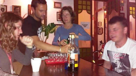 Home Lisbon Hostel: Joao und die Mama vom Lisbon Home