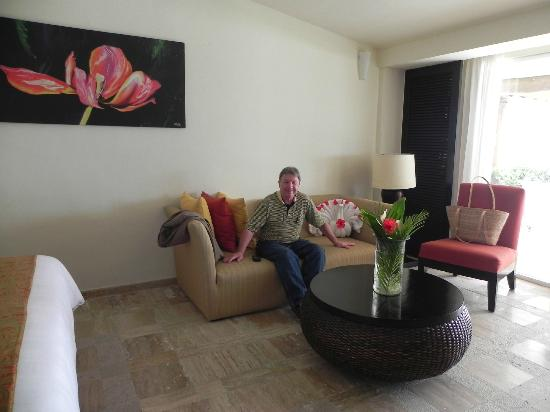 Presidente Inter-Continental Cozumel Resort & Spa: Seating (nap-worthy) area across from TV.