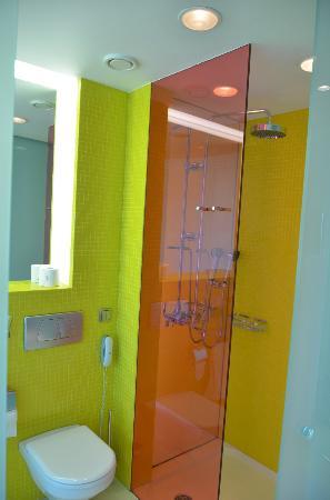 Semiramis: loo & shower