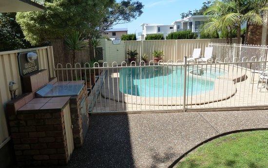Mollymook Surfbeach Motel & Apartments: Pool, Spa & BBQ area