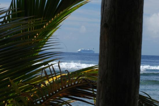 Waves on Bukura: P&O cruise ship inbound to Prt Vila