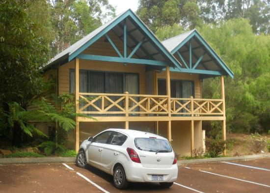 Heritage Trail Lodge: Rooms that face the road over the parking lot