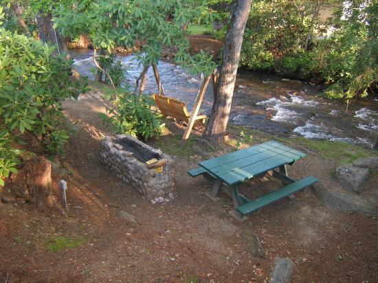 Jonathan Creek Inn and Villas: Creek & Grill Area