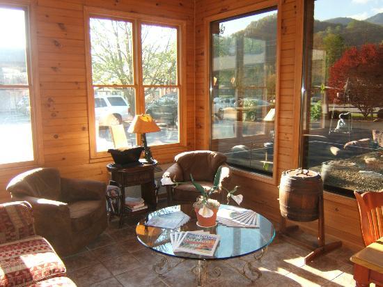Jonathan Creek Inn and Villas: Mtn View From Lobby