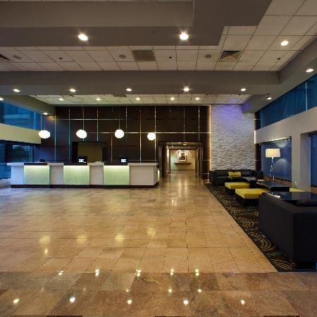 Radisson Hotel Whittier: Hotel Lobby