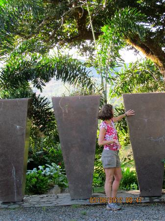 Rancho de Caldera Eco-Resort & Hotel: Paula admires the sculpture