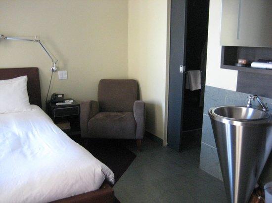 هوتل لو برايوري: Quiet corner of room...bathroom to the right; bed to the left