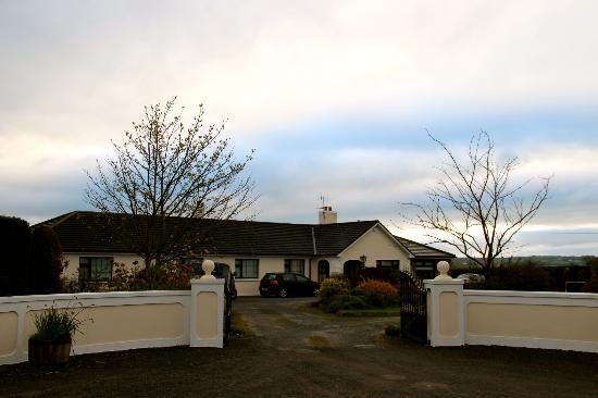 Glenraha Farmhouse B&B: A view of the farmhouse