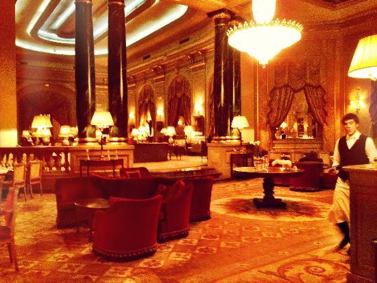 El Palace Hotel: Bar area on the main floor at El Palace