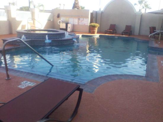 Hawthorn Suites by Wyndham Corpus Christi: pool and hottub
