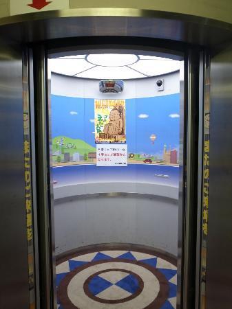 Tsutenkaku: 1階/エレベーター入口