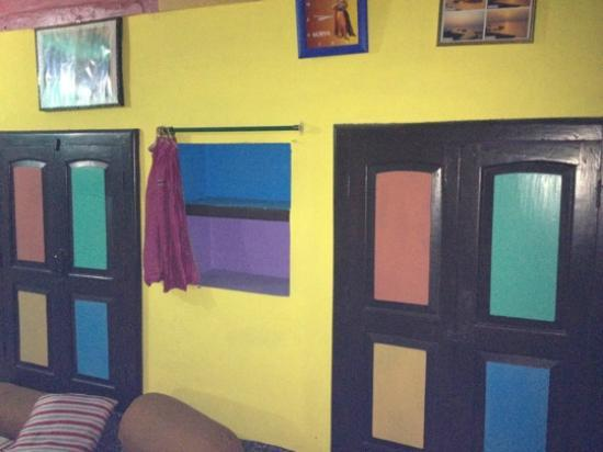 Monu Family Paying Guest House: Brightly painted room