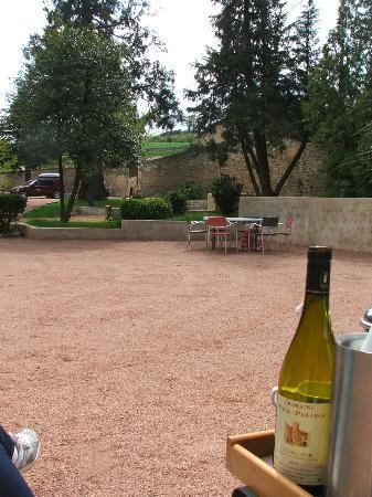 Chateau Pruzilly : Courtyard