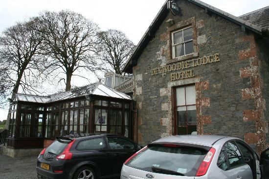 Dinwoodie Lodge Hotel: Front aspect showing conservatory