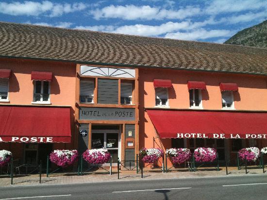Hotel de la Poste : à gauche bar, à droite le restaurant, au centre réception hôtel