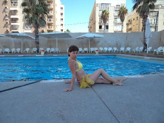 Galil Hotel: Бассейн отеля очень пригодился при постоянно волнующемся море