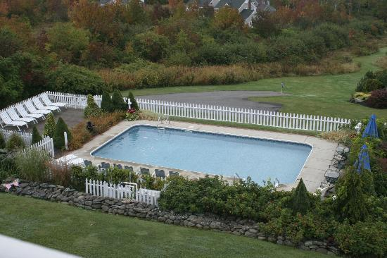 Strawberry Hill Seaside Inn: View of the pool from our room