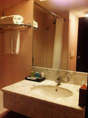 Verwood Hotel and Serviced Residence: the bathroom