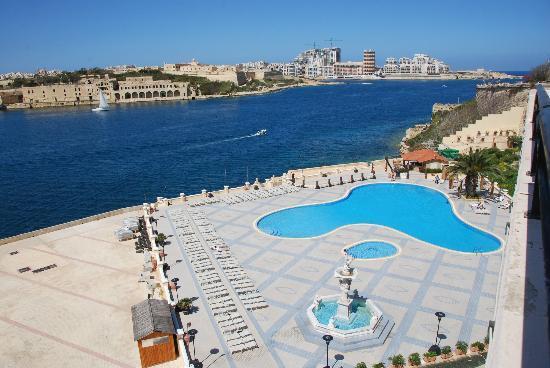 Excelsior Grand Hotel: Dall'ampio terrazzo della mia camera ecco la piscina