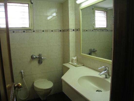 Maurya Residency: Baño