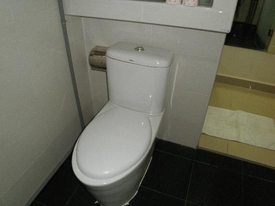 Hotel Bahagia: Bathroom