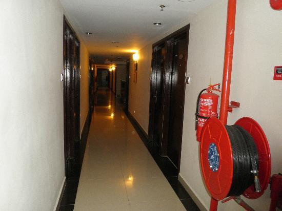 Hotel Bahagia: Corridor