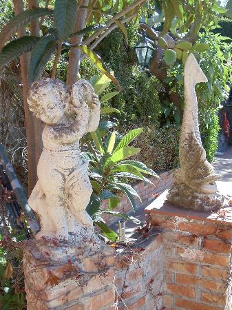 Hotel Villa Sirina: Viel Grün und Steinfiguren im Garten