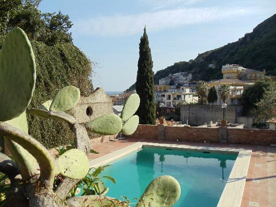 Hotel Villa Sirina: Pool und Terrasse mit Meerblick