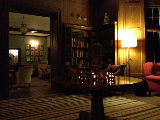 Hotel Endsleigh: sitting room/library