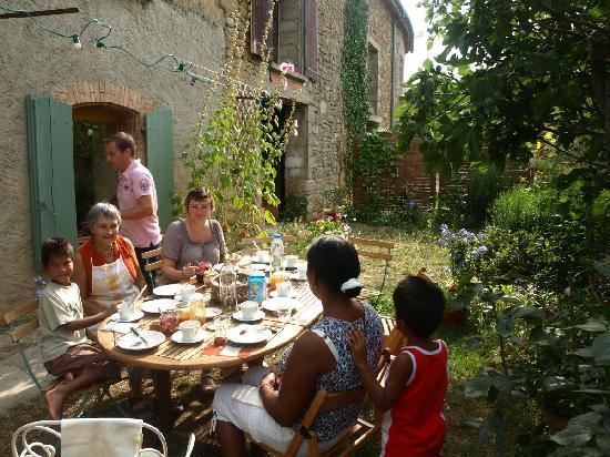 Le Jardin Clos: Petit déjeuner sur la terrasse