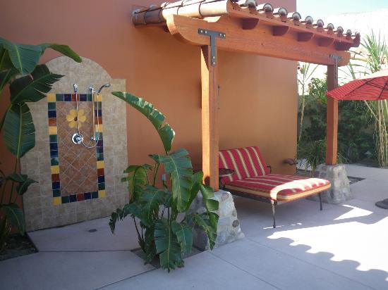 Los Arboles Hotel: Covered/shade area with double lounge chair and outside shower.
