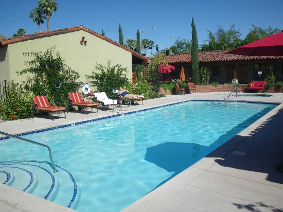 Los Arboles Hotel: The pool and normal tempo it appeared