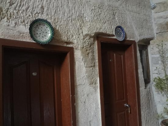 Güven Cave Hotel: Beautiful locally made pottery adorn the doorways