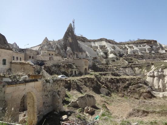 Guven Cave Hotel: Typical Goreme landscape
