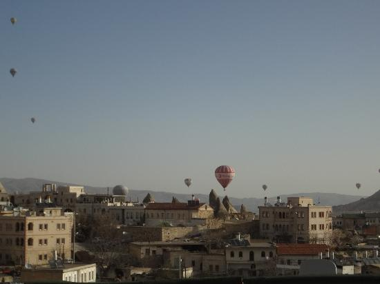 Güven Cave Hotel: Watching the morning balloons fill the sky