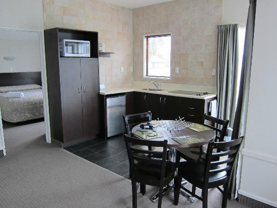 Ashford Motor Lodge: 2 Bedroom Apartment - Living Room