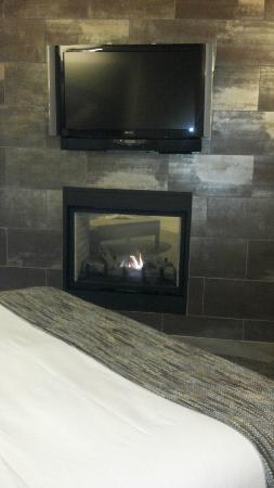 Bardessono: Fireplace that divides the bedroom from the living room