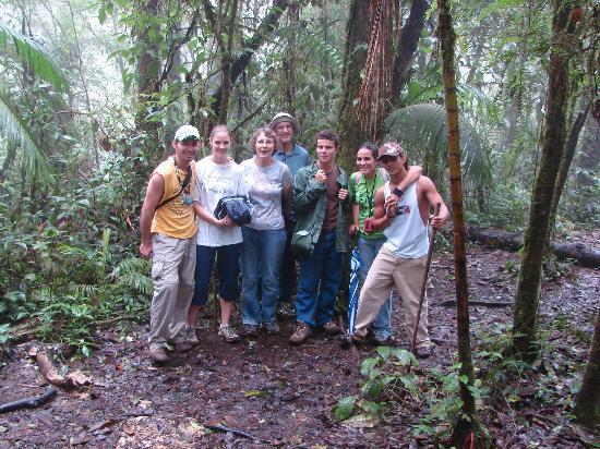 caminata el el bosque de la fortuna arenal volcano con guias de eagle tours